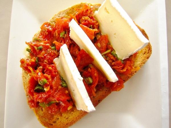 crostini-de-tomates-queso-y-albahaca (5)
